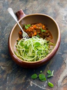 Squashspaghetti med kødsovs Opskrift og styling af Sandra Leigh Draznin for ugebladet Hjemmet
