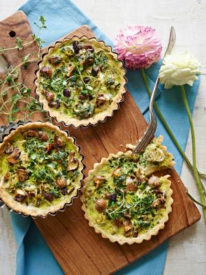 Portionstærter med forårsløg og svampe produceret for ugebladet Hjemmet Opskrift og styling af Sandra Leigh Draznin